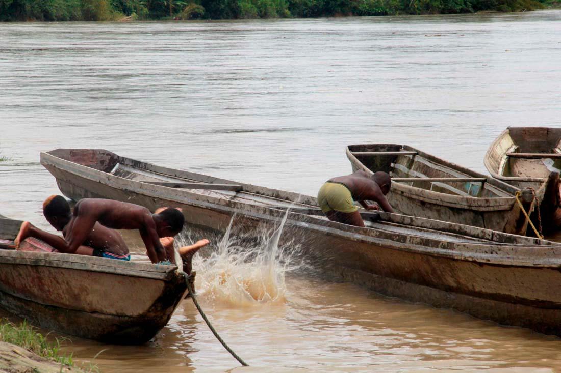 Niños jugando en el río en Amazonas