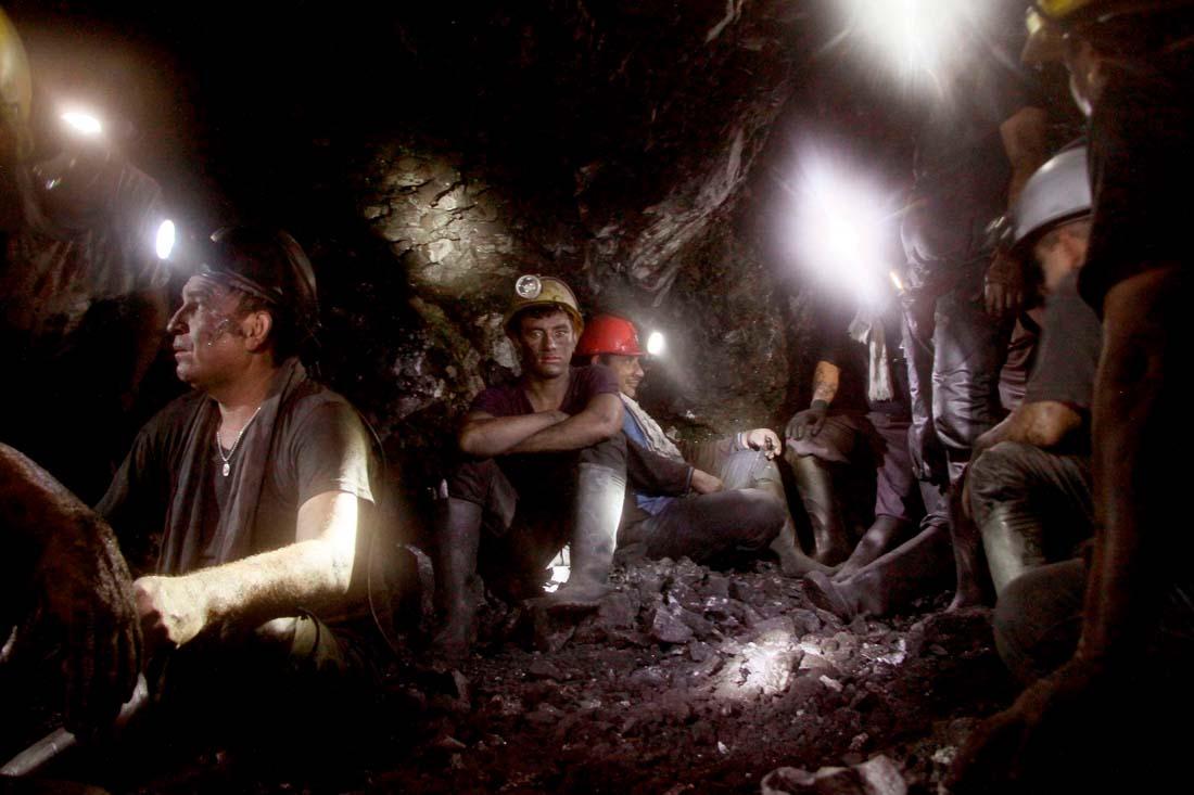 mineros en la mina con cascos