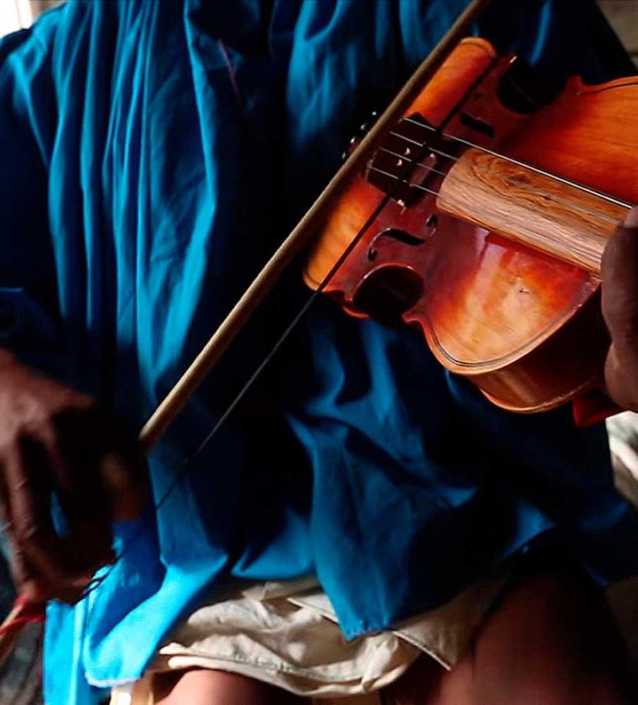 Indígena rarámuri tocando un violín